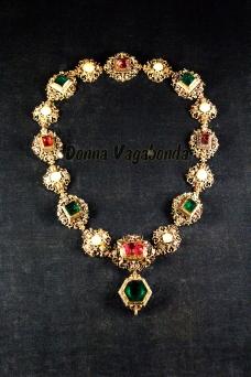 Collana con smeraldi, rubini e altre gemme