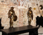 Alcune armature in una stanza del Castello